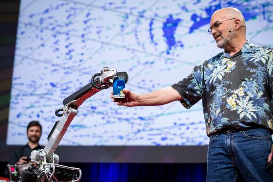 2017 TED에서 보스턴 다이내믹스 대표 마크 라이버트에게 음료수 캔을 건네는 스폿미니 [사진 TED]