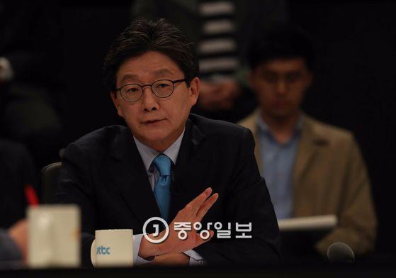 JTBC(중앙일보 ·한국정치학회 공동 주관)가 주최하는 대선후보 토론회가 25일 일산 빛마루 방송지원센터에서 열렸다. 유승민 대선후보가 발언하고 있다. 오종택 기자