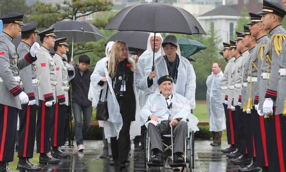 영연방 한국전 참전 4개국(영국,캐나다,호주,뉴질랜드)참전용사와 유가족 80 여 명이 26일 부산 남구 UN기념공원을 찾아 추모의 시간을 가졌다. 참전용사들이 전몰용사 추모행사에 참석하기 위해 입장하고 있다. 송봉근 기자