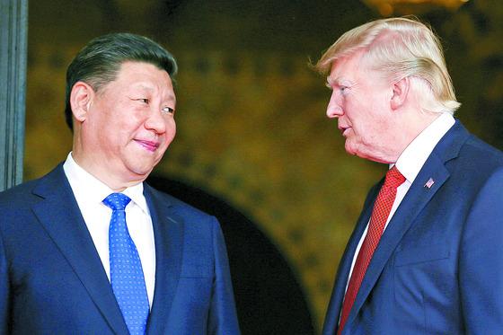 지난 6일(현지시간) 정상회담 중인 도널드 트럼프 미 대통령(오른쪽)과 시진핑 중국 국가주석. [사진 중앙포토]
