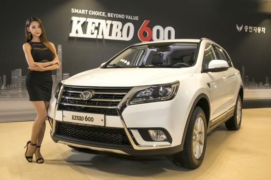 지난 1월 18일 인천 남구 중한자동차 본사에서 열린 '켄보 600' 출시 행사에서 모델이 신차를 홍보했다. 켄보 600은 중형 SUV다. 1.5L 가솔린 터보 엔진을 얹고 최고 출력 147마력, 최대 토크 21.9㎏f·m의 성능을 낸다. 가격은 1999만~2099만원. 국내 선보인 첫 중국산 승용차다. [사진 중한자동차]