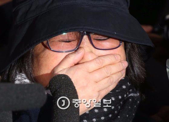 지난해 10월 31일 검찰에 출두해 포토라인에서 울먹이는 최순실(61·구속기소)씨. [중앙포토]