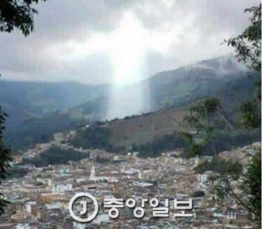 폭우로 고통을 겪은 콜롬비아의 한 마을에 신의 모습처럼 보이는 빛이 쏟아졌다. 지역주민들은 이를 예수가 보낸 신호라고 믿었다. [사진 데일리메일 캡쳐]