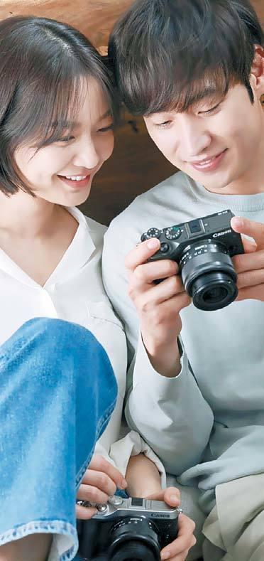 캐논 미러리스 EOS M6 모델인 배우 신민아(왼쪽)와 이제훈이 촬영 현장에서 사진을 확인해 보고있다. [사진 캐논]