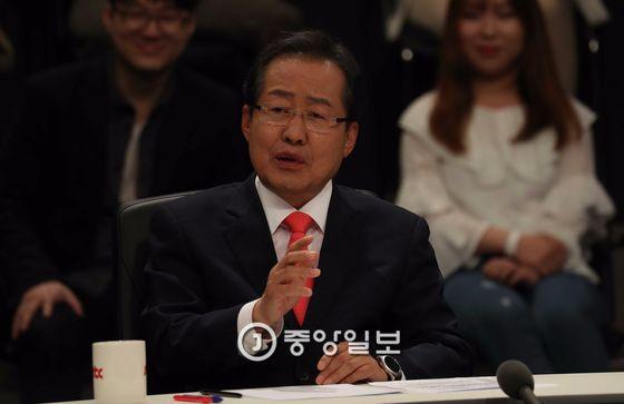 JTBC(중앙일보 ·한국정치학회 공동 주관)가 주최하는 대선후보 토론회가 25일 일산 빛마루 방송지원센터에서 열렸다. 홍준표 대선후보가 발언하고 있다. 오종택 기자