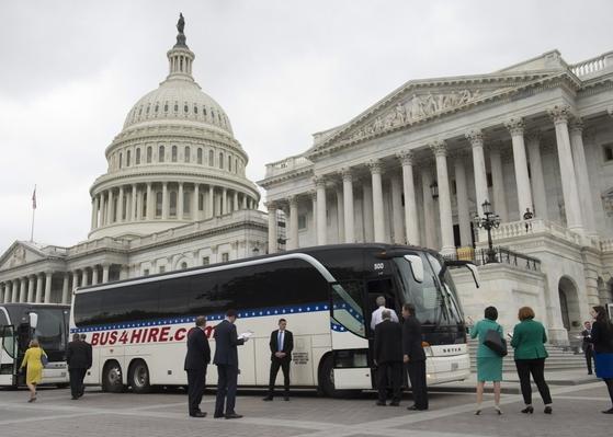 워싱턴의 의회에서 버스를 타고 3km거리의 백악관으로 향하는 미 상원의원들/슬레이트 캡처