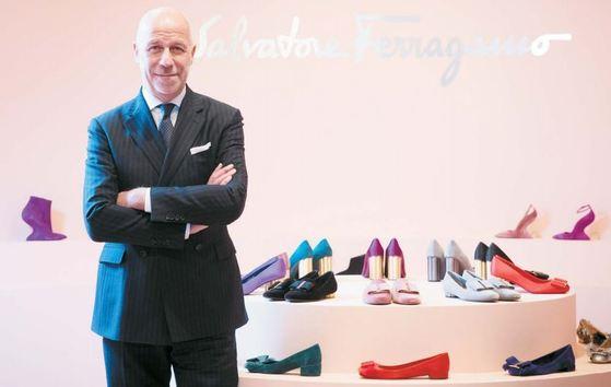 에랄도 폴레토 살바토레 페라가모 그룹 글로벌 최고경영자(CEO)가 폴 앤드류 여성 슈즈 총괄 디렉터의 새로운 컬렉션을 소개했다.