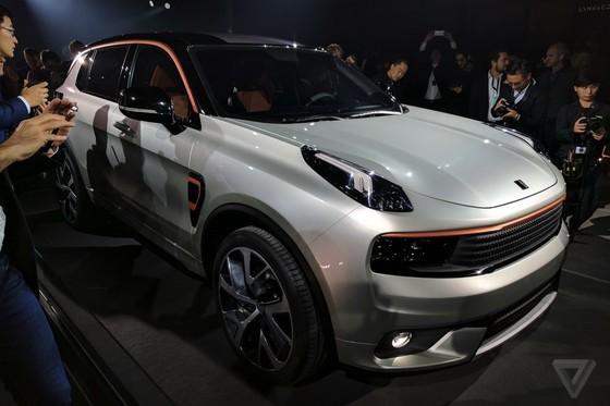 중국의 지리차도 유럽과 미국 진출을 선언하고, 새 독자 브랜드 '링크앤코'(Lynk & Co) 하이브리드' 차량을 공개했다. 90년 역사를 자랑하는 스웨덴의 자동차 기업 '볼보'(Volvo)의 기술력이 자리하고 있어 전 세계 이목이 쏠렸다. 사진은 랑크앤코 첫 공개 현장 [사진 THE VERGE]