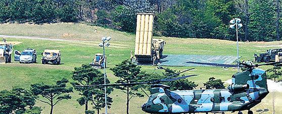 26일 성주골프장 부지에 배치된 사드 체계의 미사일 발사대 차량. 사드 핵심 장비들이 모두 반입됨으로써 다음달부터 북한 미사일 요격작전이 가능하다. [사진 매일신문]