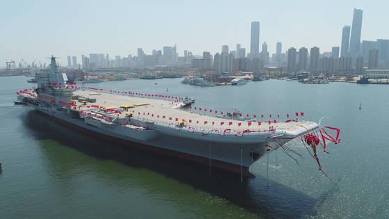 26일 중국 랴오닝성 다롄조선소에서 중국의 첫 자국산 '001A'형 항공모함 진수식이 거행됐다. 처음 공개된 새 항모 위에 깃발이 휘날리고 있다. [AP=뉴시스]