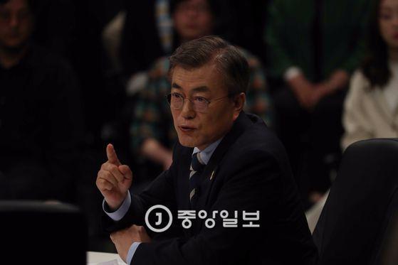 JTBC(중앙일보 ·한국정치학회 공동 주관)가 주최하는 대선후보 토론회가 25일 일산 빛마루 방송지원센터에서 열렸다. 문재인 대선후보가 발언하고 있다. 오종택 기자
