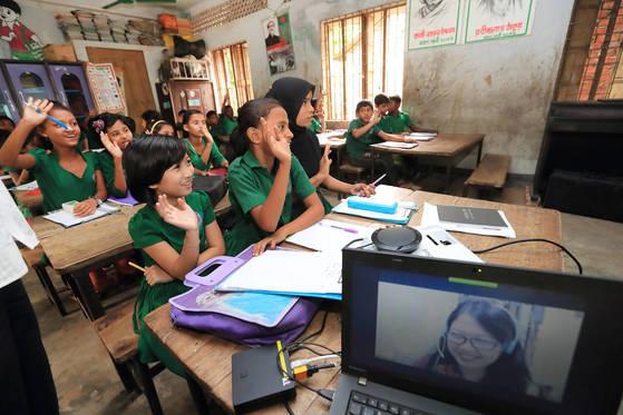 방글라데시 모헤시칼리섬 학생들이 27일 KT의 화상회의 솔루션인 케이박스(K-Box)를 통해 학교에서 원격 수업을 듣고 있다. [사진 KT]