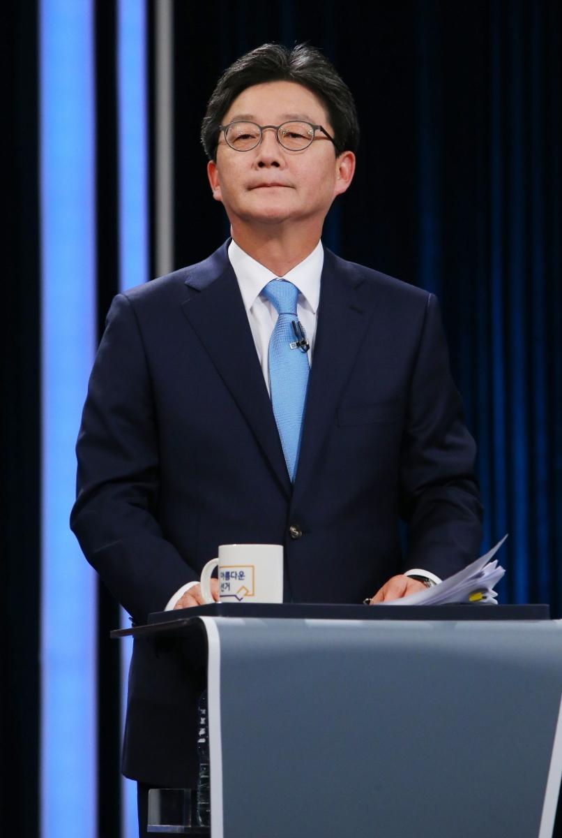 바른정당 유승민 대선후보가 4월 23일 오후 서울 여의도 KBS에서 열린 중앙선관위 대선후보 초청 1차 토론회에서 준비하고 있다.