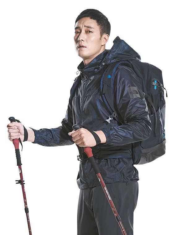 노 스페이스 '프로텍션 재킷'은 도전사 원단을 사용해 황사 및 미세먼지가 달라붙는 것을 방지해 준다. [사진 노스페이스]
