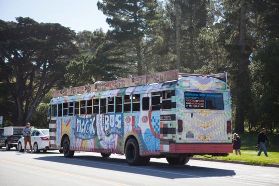 샌프란시스코 곳곳을 다니며 60년대로 시간여행을 즐길 수 있는 매직버스.