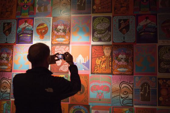 지금 샌프란시스코에는 히피운동 50주년 기념 전시가 활발하다. 드영 박물관에 전시된 1960년대 록 공연 포스터.