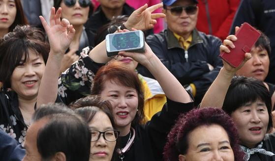 한 정당의 대선후보 유세에 모인 시민들이 후보의 연설에 손을 들어 화답하고 있다. 사진공동취재단