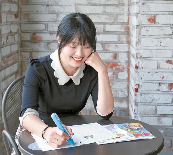 윤단비씨가 직장 인근 한 카페에서 점심시간을 이용해 학습지로 공부를 하고 있다. [사진 교원구몬]
