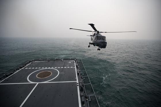 한국 해군의 링스헬기가 작전비행에 나서고 있다. 29일 동해로 진입한 미 핵항모 칼빈슨함은 한국의 세종대왕함, P-3 초계기, 링스헬기 등과 연합 항모강습단 훈련을 실시했다. [중앙포토]