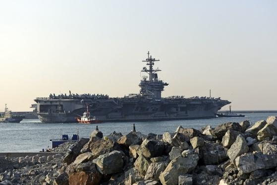 지난달 15일 독수리훈련 참가를 위해 칼빈슨함이 부산항에 입항하고 있다. [사진 미 해군]