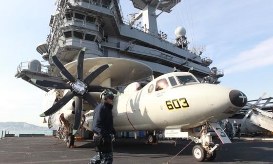 미국의 항공모함 칼빈슨호(9만3000t 급)가 지난 2011년 1월 11일 해군작전사령부 부산기지에 입항했다. 1983년 3월 취역한 니미츠급 원자력 항모의 세 번째 항모인 칼빈슨호는 길이 333m, 넓이 40.8m, 비행갑판 길이 76.4m 규모에 2기의 원자로를 갖고 있으며 F/A-18 전폭기 S-3A 대잠수함기, EA-6B 전자전기 4대, E-2 공중 조기경보기 등 60대의 첨단 항공기를 탑재하고 있다. 칼 빈슨호 갑판에서 병사들이 정비 작업을 하고 있다. [사진 중앙포토]