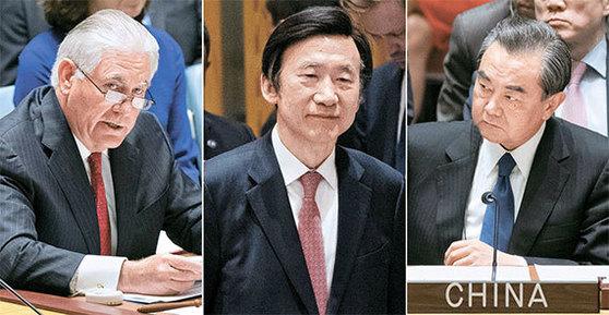 북한의 핵 개발과 미사일 프로그램 제재를 논의하기 위한 유엔 안보리 장관급 회의가 28일(현지시간) 뉴욕 유엔본부에서 열렸다. 렉스 틸러슨 미국 국무장관(왼쪽)과 왕이 중국 외교부장(오른쪽)이 발언하고 있다. 가운데는 회의장에 입장하는 윤병세 외교부 장관. 유엔 안보리 장관급 회의는 이례적이다. [AP=뉴시스]