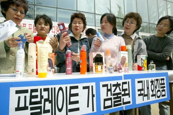 환경단체 회원들이 화장품에서 환경호르몬인 프탈레이트가 검출됐다는 사실을 발표하고 있다. [중앙포토]