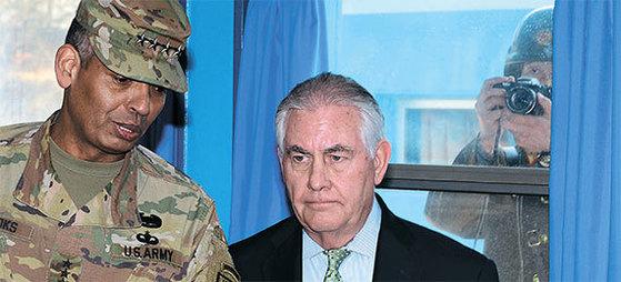 렉스 틸러슨 미국 국무장관(가운데)이 지난달 17일 판문점 회담장에서 빈센트 브룩스 한미연합사령관과 이야기하고 있다. 창문 밖으로 북한군이 보인다. [사진공동취재단]