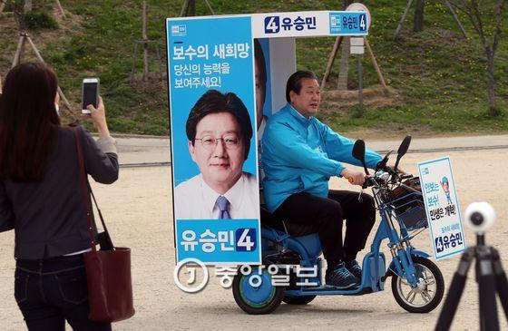 바른정당은 지난 21일 서울 여의도 국회앞에서 자전거 유세단을 발족했다. 김무성 바른정당 공동선대위원장이 발대식전에 자전거를 타보고 있다. 강정현 기자