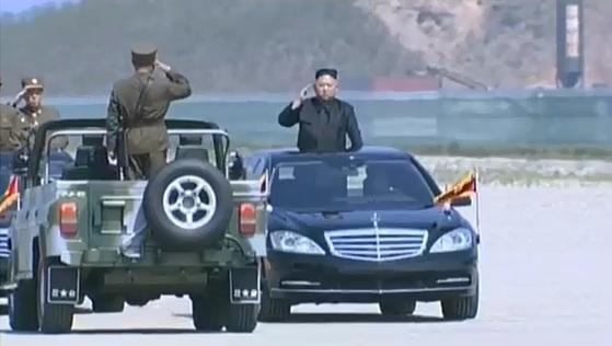김정은 북한 노동당 위원장은 본격적인 화력훈련에 앞서 검정색 벤츠를 타고 부대를 사열했다. [조선중앙TV 캡처]