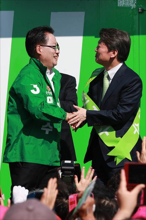 박지원 국민의당 대표(왼쪽)와 안철수 국민의당 대선후보가 유세장에서 악수하고 있다. [중앙포토]