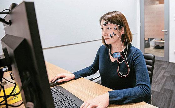 실험에 참여한 한 여성이 전자근운동기록기를 부착한 채 익스피디아 사이트를 이용하고 있다. 익스피디아는 미국과 영국, 싱가포르에 연구소를 설치하고 해마다 1000회 이상 소비자 행동 분석 실험을 한다. [사진 익스피디아]