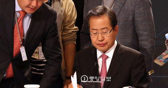 홍준표 자유한국당 대선 후보가 28일 오후 서울 상암동 MBC에서 열린 다섯 번째 대선 TV토론에 앞서 준비를 하고 있다. [사진 국회사진기자단]