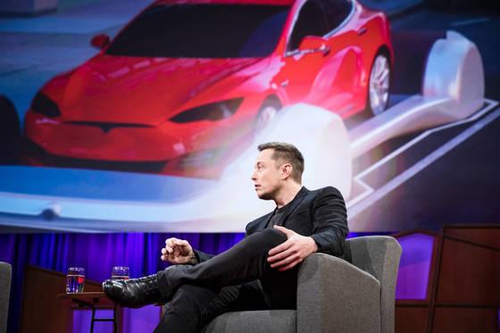 일론 머스크(오른쪽)가 로스앤젤레스 차량 정체 문제를 해결하기 위해 지하 터널을 건설하는 벤처 '보링 컴퍼니' 에 대해 설명하고 있다. [사진 TED]