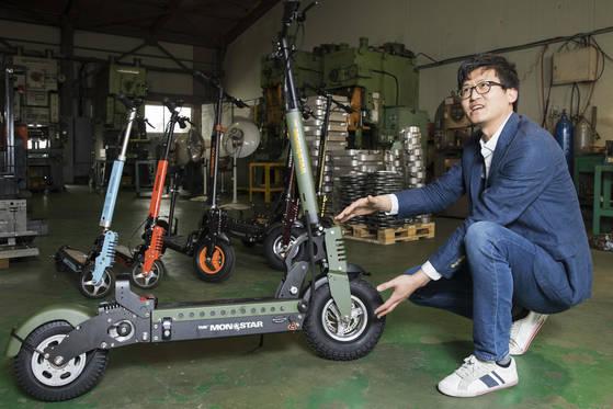 개인용 이동기구를 생산하는 업체 인간과 디자인 함종원 대표가 4월11일 오후 경기도 의왕시 생산공장에서 본지와 인터뷰하고 있다. 장진영 기자