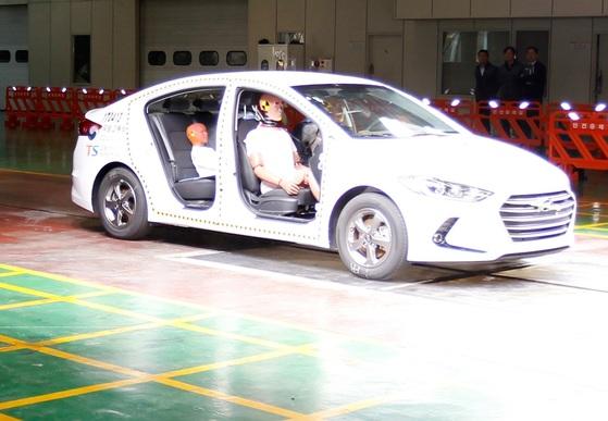 안전띠를 제대로 매지 않았을 경우의 위험성을 알아보기 위한 시험을 위해 차량용 놀이방 매트위에 카시트와 안전띠를 매지 않은 어린이 모형이 앉혀져 있다. [사진 교통안전공단]