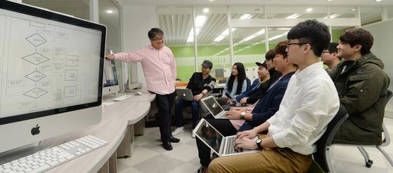 한양대학교 에리카캠퍼스에서 컴퓨터공학 전공 학생들이 캡스톤디자인 수업을 듣고 있다. 이 학교는 2016년 정부가 선정한 산업연계 교육활성화선도대학(프라임) 사업에 선정됐다. [중앙포토]