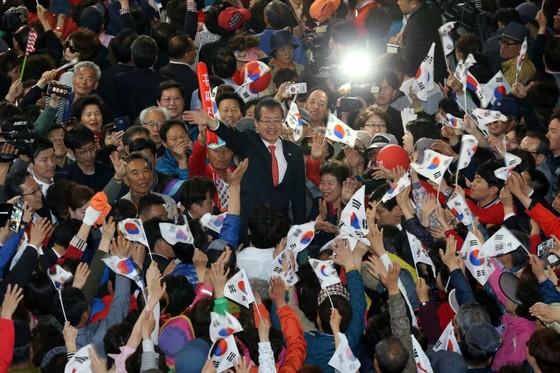 29일 부산 덕천사거리를 찾은 홍준표 자유한국당 대선 후보. [사진 홍준표 캠프]