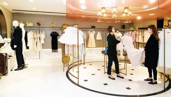 롯데백화점이 지난해 7월 문을 연 패션 렌털 매장 '살롱 드 샬롯'. 이곳에선 명품 정장을 30만~40만원(2박 3일 기준)에 빌려 입을 수 있다.