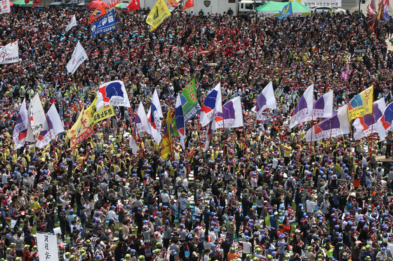 한국노총 소속 노동조합원 1만8000여명이 노동절인 지난해 5월 1일 서울 광장에서 '5.1전국노동자대회'를 열고 있다. [중앙포토]
