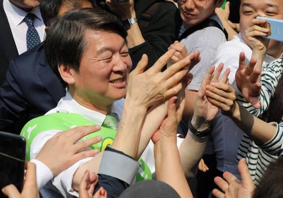안철수 국민의당 대통령 후보가 1일 오후 인천 남구 연남로 신세계백화점 앞에서 시민들과 손바닥을 부딪히며 유세장으로 향하고 있다. [중앙포토]