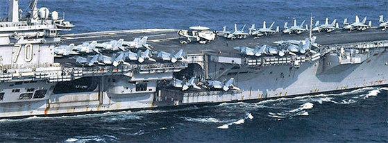 미국 칼빈슨함이 지난달 29일 동해 도착에 앞서 일본 나가사키현 앞바다를 지나고 있다. [로이터=뉴스1]