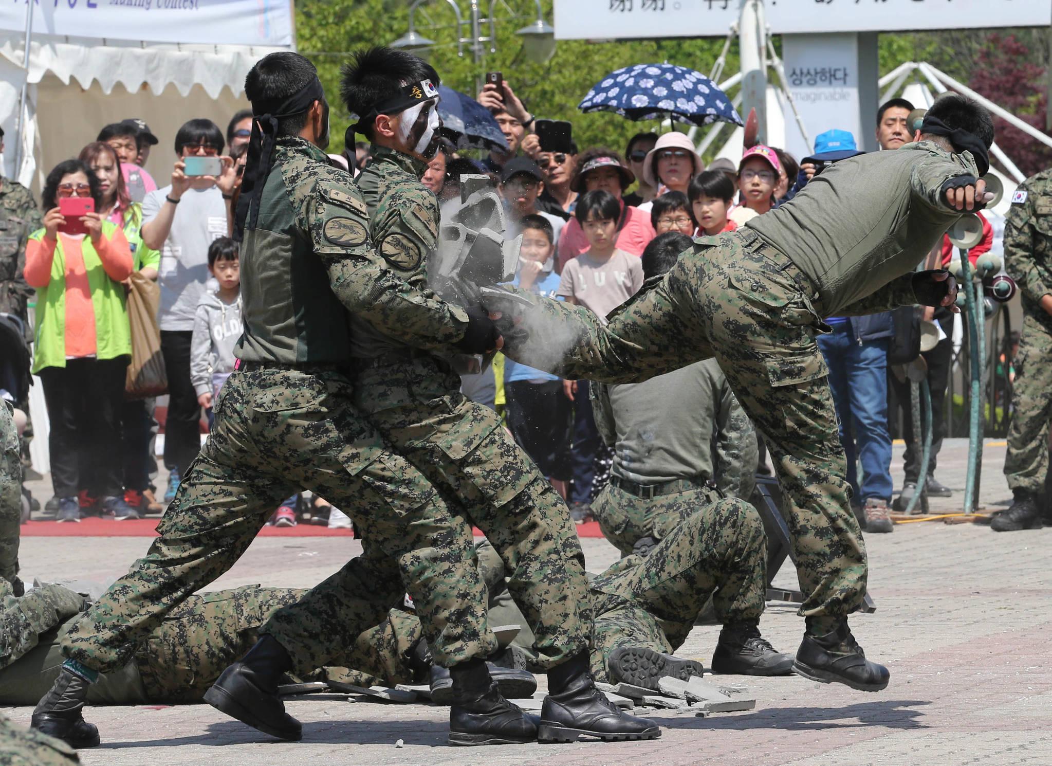 1일 특전사 장병들이 특공무술 시범을 보여주고 있다. 신인섭 기자