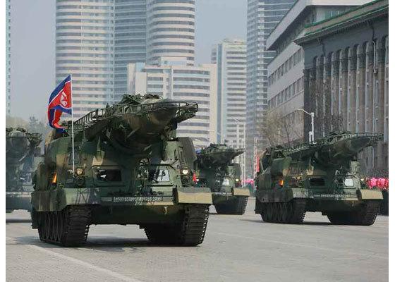 지난달 15일 김일성 생일 기념 열병식에서 북한이 처음으로 공개한 신형 스커드미사일. 윗부분에 카나드(보조날개)가 달렸다. 한ㆍ미 정보당국은 이 미사일이 북한의 대함탄도미사일(ASBM) KN-17일 가능성이 있다고 보고 있다. [사진 노동신문]