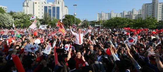 1일 대전 서대전공원을 찾은 홍준표 자유한국당 대선 후보. [사진 홍준표 캠프]