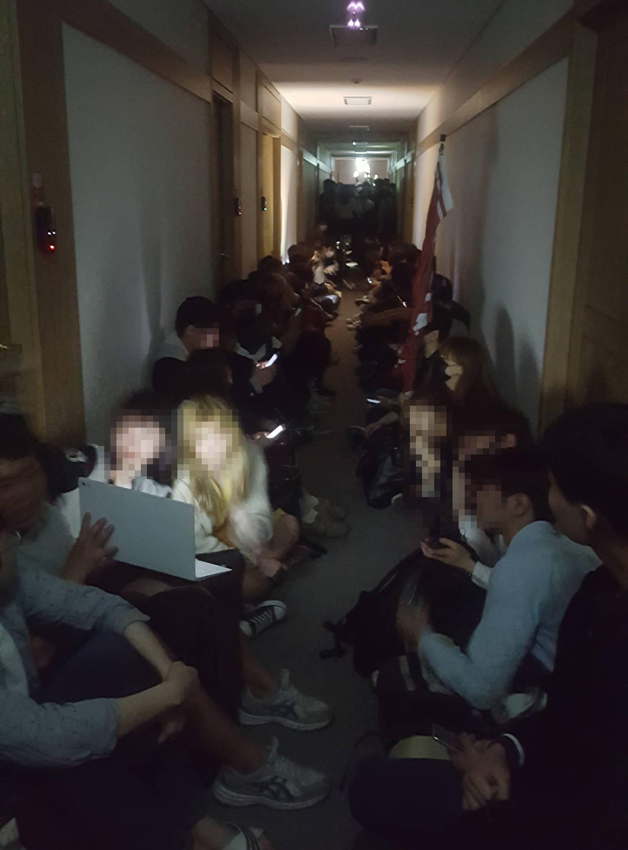 1일 밤 서울대 학생들이 유리창을 깨고 행정관 2층에 진입해 농성을 벌이고 있다. 윤재영 기자