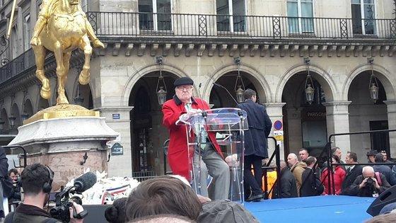 잔 다르크 동상 인근에서 열린 국민전선 집회에서 극우 주장을 되풀이한 장 마리 르펜. 대선 결선에 진출한 마린 르펜의 아버지로, 2002년 대선 결선에 진출했으나 반대 물결이 거세게 일면서 참패했다. [미셀 로즈 트위터]