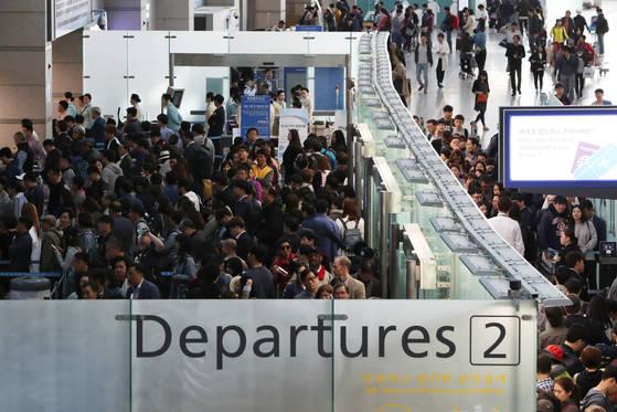 황금연휴를 해외에서 보내려는 여행객들이 지난달 27일 오전 인천국제공항을 통해 출국하고 있다. 김경록 기자