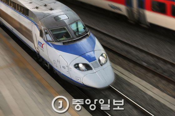 부산을 출발한 경부선 KTX가 서울역으로 질주해 들어오고 있다. [중앙포토]