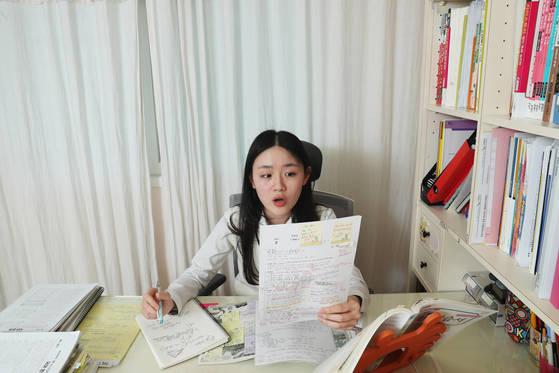 대원외고 2학년 홍수진양은 수업 내용을 교과서에 모두 필기한 뒤 선생님처럼 말로 설명해 본다.이렇게 4~5번 반복한다. [장진영 기자]